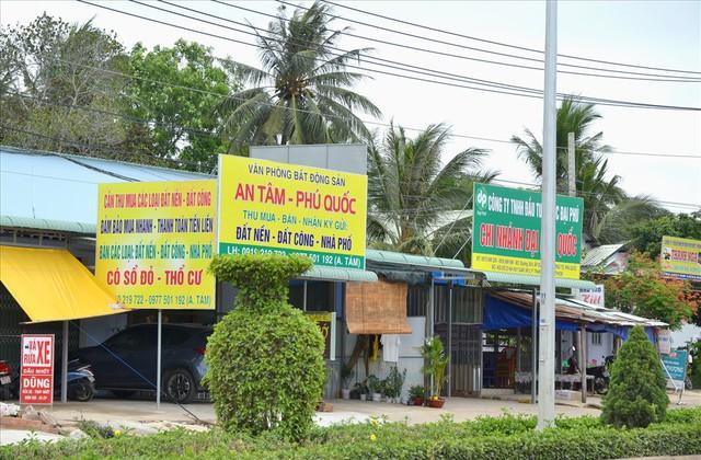Chùm ảnh: Muôn kiểu rao phân phối ở chợ đất khổng lồ Phú Quốc - Ảnh 1.