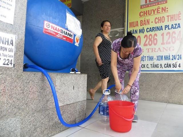 Cư dân Carina cố bám trụ ở chung cư không điện nước - Ảnh 1.