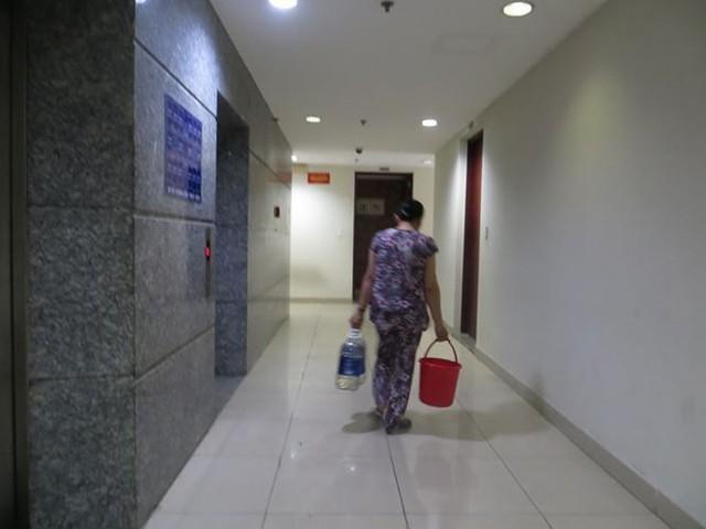Cư dân Carina cố bám trụ ở chung cư không điện nước - Ảnh 2.