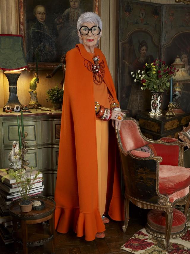 Iris Apfel - 96 tuổi vẫn là biểu tượng thời trang được cả thế giới ngưỡng mộ: Hãy luôn thắc mắc, luôn tò mò và hài hước một chút để sẵn sàng cho mọi cuộc phiêu lưu - Ảnh 3.