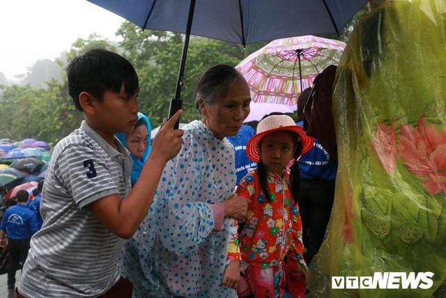 Ảnh: Hàng nghìn người đội mưa dự lễ Giỗ tổ Hùng Vương 2018 - Ảnh 11.