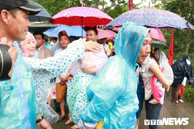Ảnh: Hàng nghìn người đội mưa dự lễ Giỗ tổ Hùng Vương 2018 - Ảnh 15.