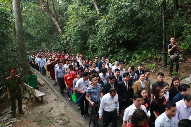 Ảnh: Hàng nghìn người đội mưa dự lễ Giỗ tổ Hùng Vương 2018 - Ảnh 3.