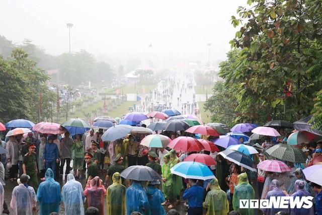 Ảnh: Hàng nghìn người đội mưa dự lễ Giỗ tổ Hùng Vương 2018 - Ảnh 4.
