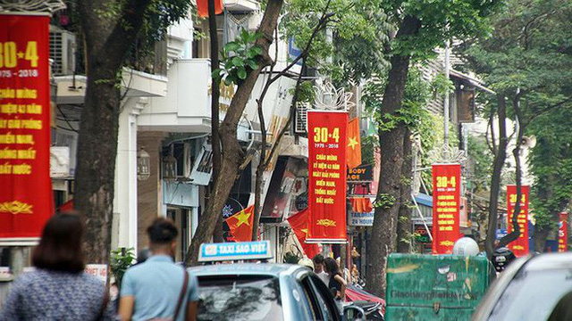 Phố phường Hà Nội rực rỡ cờ đỏ sao vàng mừng ngày thống nhất Nhịp sống Thủ đô - Ảnh 1.
