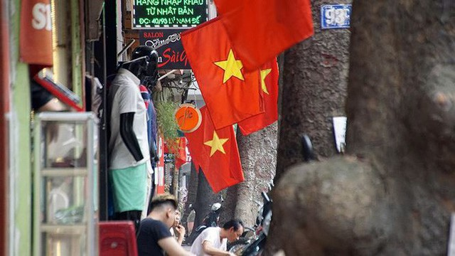 Phố phường Hà Nội rực rỡ cờ đỏ sao vàng mừng ngày thống nhất - Ảnh 11.