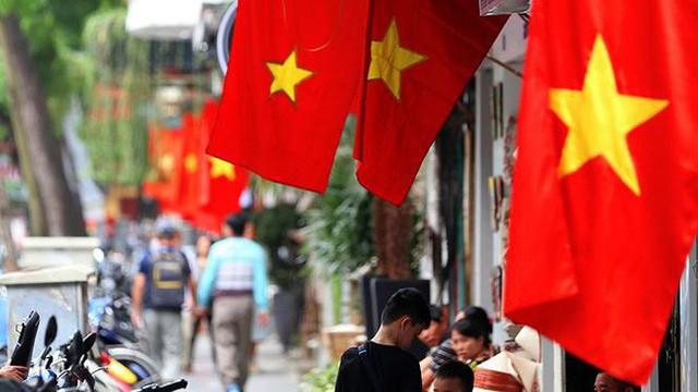 Phố phường Hà Nội rực rỡ cờ đỏ sao vàng mừng ngày thống nhất - Ảnh 14.