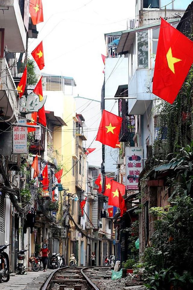 Phố phường Hà Nội rực rỡ cờ đỏ sao vàng mừng ngày thống nhất - Ảnh 15.