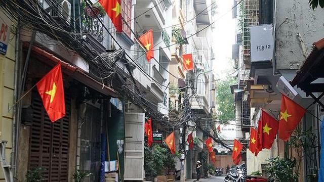 Phố phường Hà Nội rực rỡ cờ đỏ sao vàng mừng ngày thống nhất - Ảnh 3.