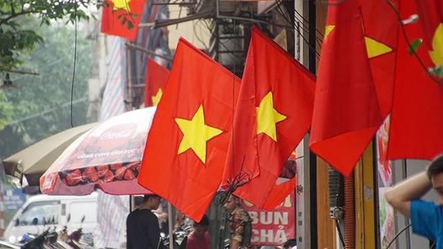 Phố phường Hà Nội rực rỡ cờ đỏ sao vàng mừng ngày thống nhất - Ảnh 5.