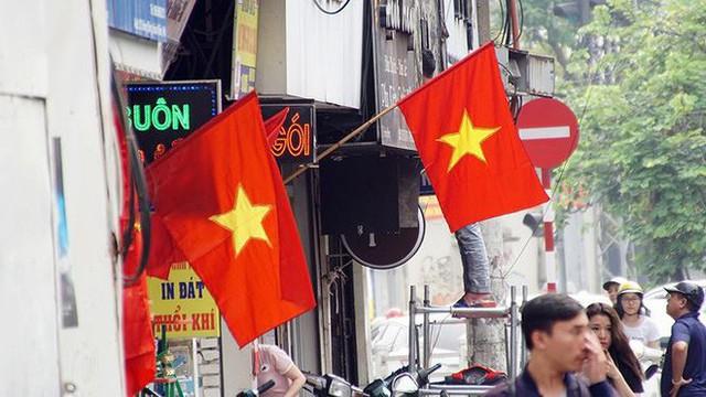 Phố phường Hà Nội rực rỡ cờ đỏ sao vàng mừng ngày thống nhất - Ảnh 6.