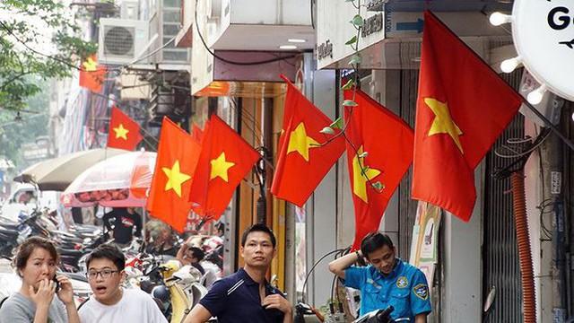 Phố phường Hà Nội rực rỡ cờ đỏ sao vàng mừng ngày thống nhất - Ảnh 8.