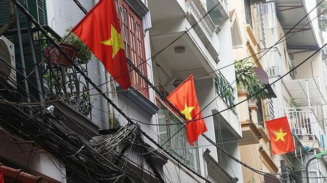 Phố phường Hà Nội rực rỡ cờ đỏ sao vàng mừng ngày thống nhất - Ảnh 10.