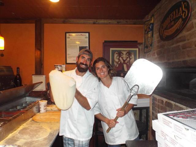 Từ bỏ sự nghiệp ở phố Wall, cặp vợ chồng mở nhà hàng pizza trên biển Caribbean và gặt hái nhiều thành công - Ảnh 1.