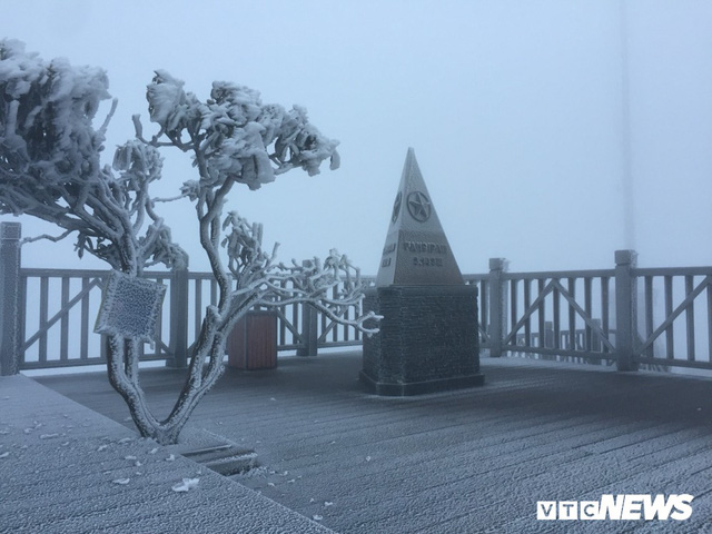 Băng giá phủ trắng đỉnh Fansipan trong tháng 4: Chuyên gia khí tượng nói gì? - Ảnh 1.