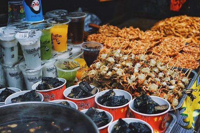 Đến Phượng Hoàng Cổ Trấn đừng chỉ mải mê chụp ảnh mà hãy thưởng thức trọn vẹn nền ẩm thực đặc sắc tại nơi đây - Ảnh 13.