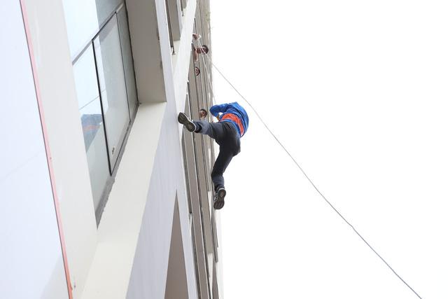 Sau vụ hỏa hoạn ở Carina, người dân bất ngờ đổ xô tham dự diễn tập PCCC ở các chung cư cao tầng - Ảnh 4.