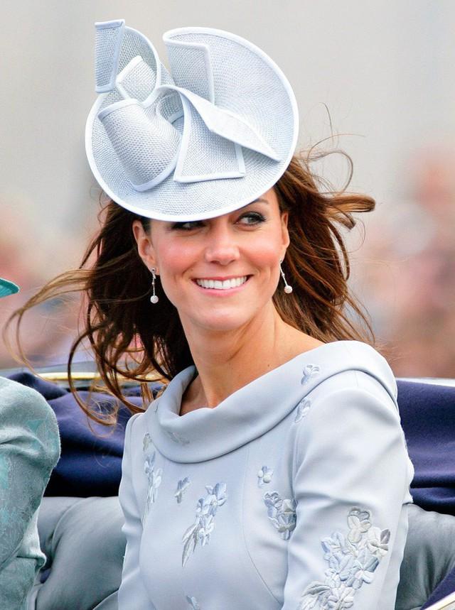 Sắp tổ chức hôn lễ, Meghan Markle chắc chắn phải nhớ 10 nguyên tắc trang phục này trong đám cưới Hoàng gia - Ảnh 3.