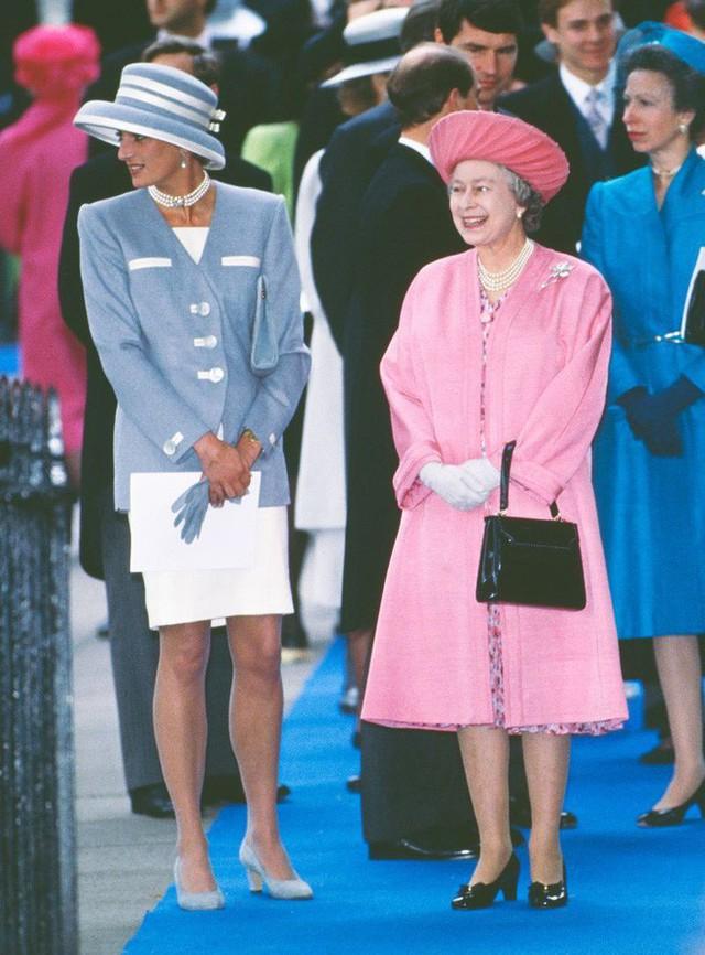 Sắp tổ chức hôn lễ, Meghan Markle chắc chắn phải nhớ 10 nguyên tắc trang phục này trong đám cưới Hoàng gia - Ảnh 4.