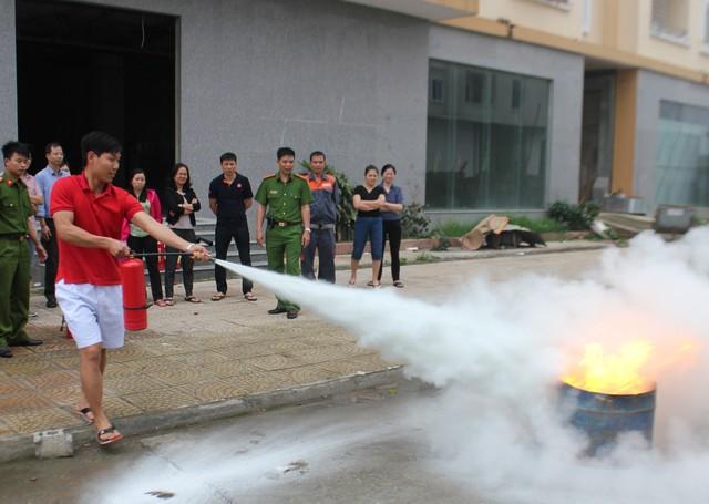 Doanh nghiệp BĐS đẩy mạnh diễn tập phòng cháy, chữa cháy cho cư dân - Ảnh 1.
