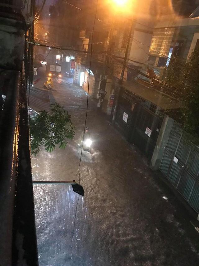 Dân Hà Nội vật vã về nhà trong đêm khuya sau 4 giờ mưa lớn, ngập sâu - Ảnh 1.