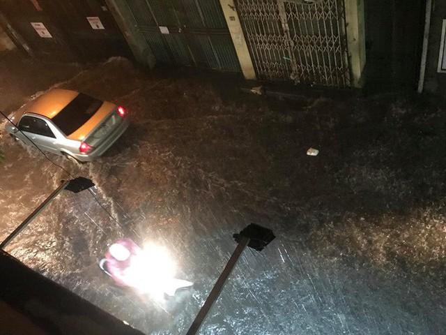 Dân Hà Nội vật vã về nhà trong đêm khuya sau 4 giờ mưa lớn, ngập sâu - Ảnh 2.