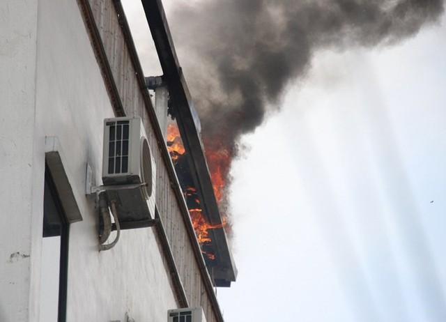 Cháy khách sạn ở Hà Nội, khách nước ngoài chạy tán loạn - Ảnh 2.