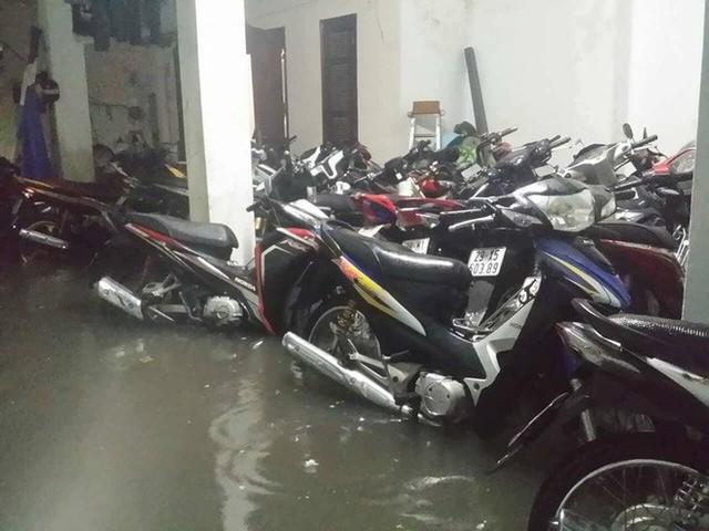 Dân Hà Nội vật vã về nhà trong đêm khuya sau 4 giờ mưa lớn, ngập sâu - Ảnh 14.