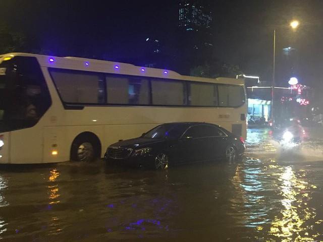 Dân Hà Nội vật vã về nhà trong đêm khuya sau 4 giờ mưa lớn, ngập sâu - Ảnh 16.