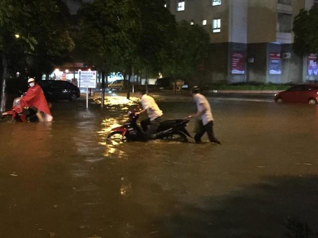 Dân Hà Nội vật vã về nhà trong đêm khuya sau 4 giờ mưa lớn, ngập sâu - Ảnh 18.