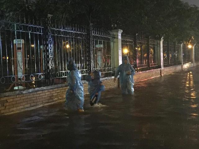 Dân Hà Nội vật vã về nhà trong đêm khuya sau 4 giờ mưa lớn, ngập sâu - Ảnh 19.