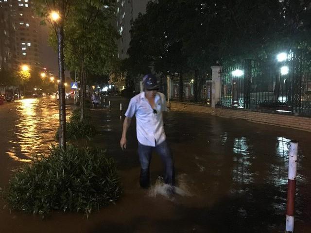 Dân Hà Nội vật vã về nhà trong đêm khuya sau 4 giờ mưa lớn, ngập sâu - Ảnh 20.