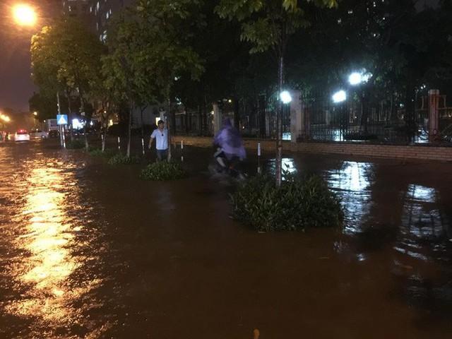Dân Hà Nội vật vã về nhà trong đêm khuya sau 4 giờ mưa lớn, ngập sâu - Ảnh 21.