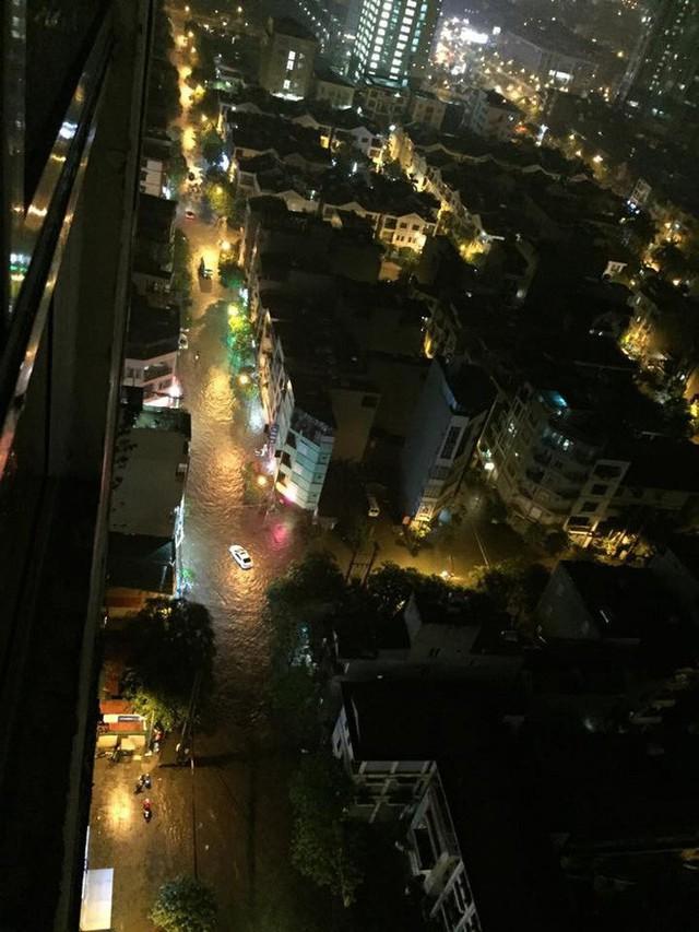 Dân Hà Nội vật vã về nhà trong đêm khuya sau 4 giờ mưa lớn, ngập sâu - Ảnh 3.