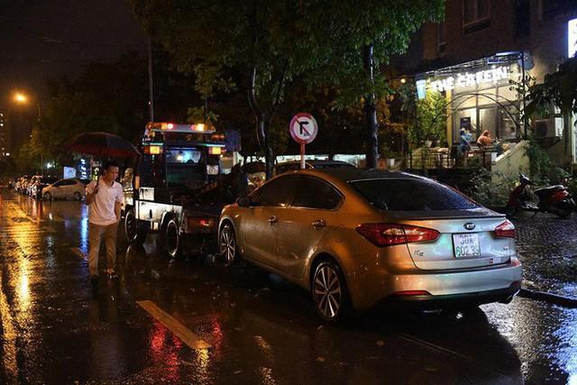 Dân Hà Nội vật vã về nhà trong đêm khuya sau 4 giờ mưa lớn, ngập sâu - Ảnh 26.