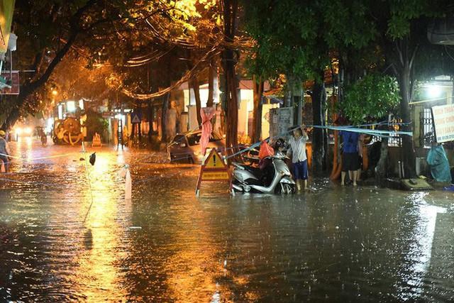 Dân Hà Nội vật vã về nhà trong đêm khuya sau 4 giờ mưa lớn, ngập sâu - Ảnh 27.