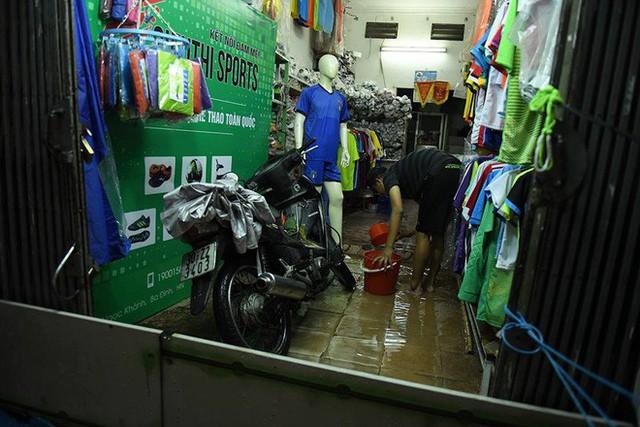 Dân Hà Nội vật vã về nhà trong đêm khuya sau 4 giờ mưa lớn, ngập sâu - Ảnh 29.