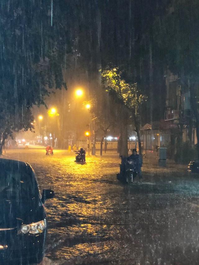 Dân Hà Nội vật vã về nhà trong đêm khuya sau 4 giờ mưa lớn, ngập sâu - Ảnh 4.