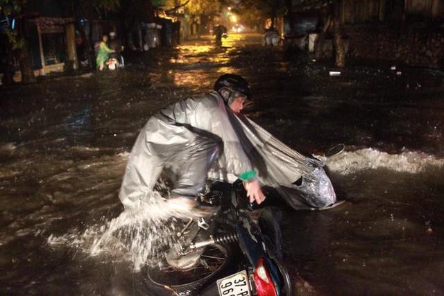 Dân Hà Nội vật vã về nhà trong đêm khuya sau 4 giờ mưa lớn, ngập sâu - Ảnh 36.