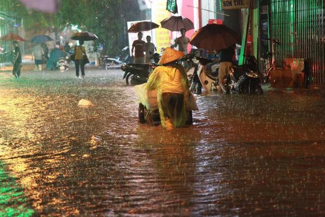 Dân Hà Nội vật vã về nhà trong đêm khuya sau 4 giờ mưa lớn, ngập sâu - Ảnh 37.