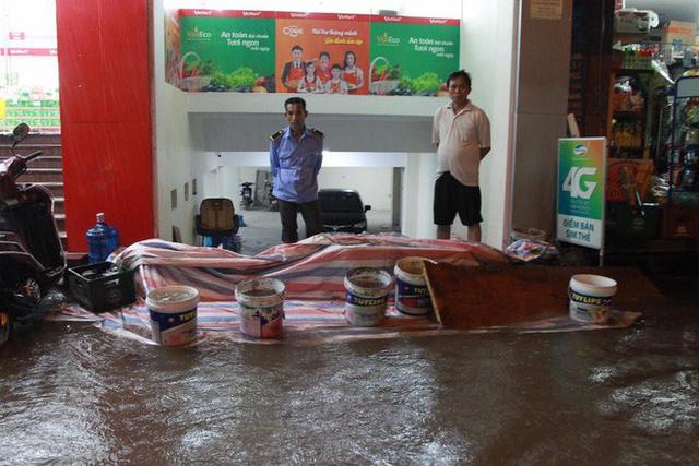 Dân Hà Nội vật vã về nhà trong đêm khuya sau 4 giờ mưa lớn, ngập sâu - Ảnh 39.