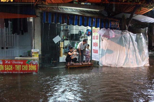 Dân Hà Nội vật vã về nhà trong đêm khuya sau 4 giờ mưa lớn, ngập sâu - Ảnh 40.