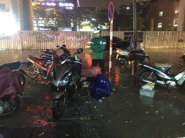 Dân Hà Nội vật vã về nhà trong đêm khuya sau 4 giờ mưa lớn, ngập sâu - Ảnh 6.