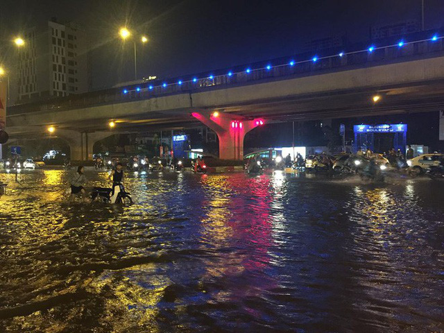 Dân Hà Nội vật vã về nhà trong đêm khuya sau 4 giờ mưa lớn, ngập sâu - Ảnh 10.