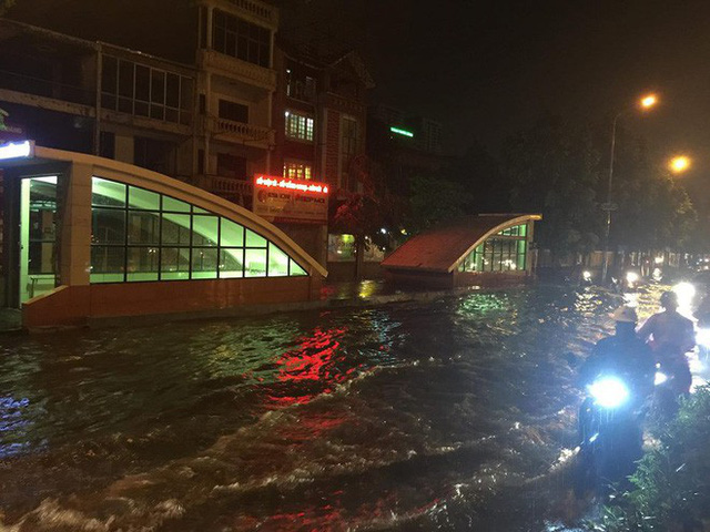 Dân Hà Nội vật vã về nhà trong đêm khuya sau 4 giờ mưa lớn, ngập sâu - Ảnh 11.