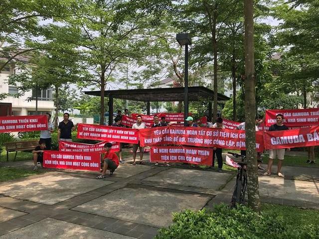 Cư dân căng băng rôn phản đối Gamuda Gardens lật kèo - Ảnh 1.