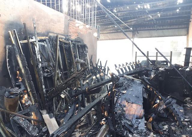 Cháy ki-ốt ở chợ, nhiều tiểu thương ôm hàng bỏ chạy - Ảnh 4.