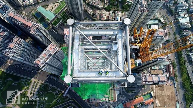 Cận cảnh công trường thi công đỉnh tòa nhà cao nhất Việt Nam, dự kiến khai trương vào quý 4 - Ảnh 2.