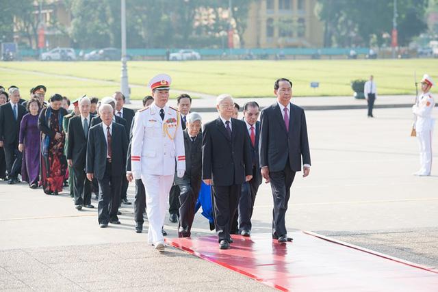 Ảnh: Lãnh đạo Đảng, Nhà nước vào Lăng viếng Chủ tịch Hồ Chí Minh - Ảnh 2.