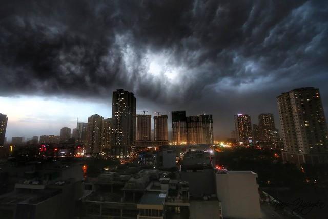 Cư dân mạng chia sẻ ảnh bầu trời Hà Nội đẹp dị thường do giông lớn - Ảnh 1.